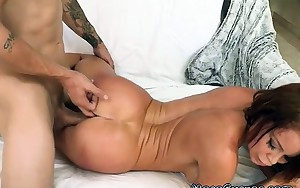 Hot Vixen Receives Nailed After Seducing Guy With Large Cock